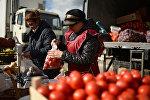 Продавцы овощей на сельскохозяйственной ярмарке. Архивное фото
