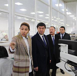 Биринчи вице-премьер-министр Мухамметкалый Абулгазиев Бишкек эркин экономикалык аймагында күн батареяларын чыгаруучу завод ачылышында