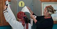 Жительницы города Ош во время голосования на одном из избирательных участков. Архивное фото