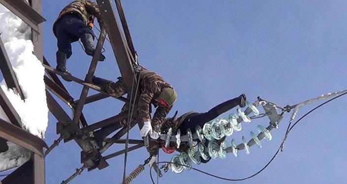 Электрики рискуют ради света в домах — кадры с ликвидации аварии на ЛЭП
