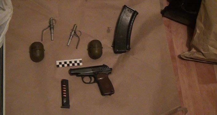 Пистолет и ручные гранаты, изъятые у задержанных