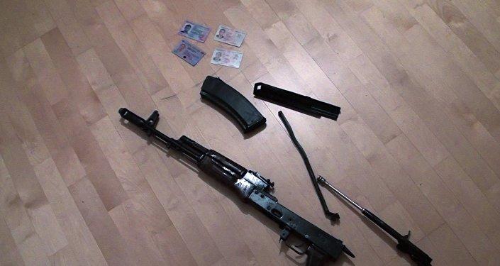Автомат Калашникова и документы, изъятые у задержанных