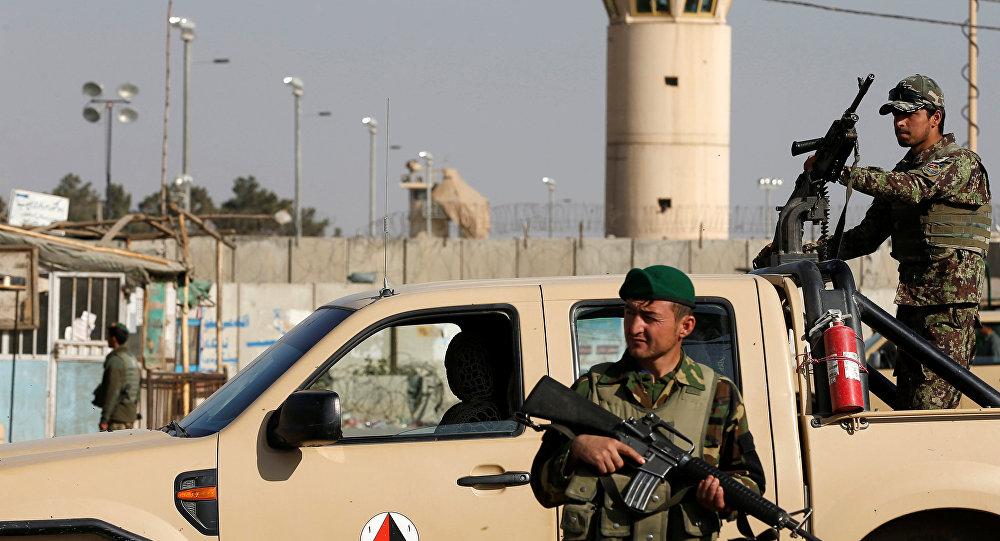 Афганистандагы АКШнын Баграмдагы аскер аба базасында жанкечти жардыруудан кийин афган аскерлеринин күзөтү