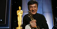 Знаменитый актер Джеки Чан стал лауреатом почетной премии Оскар за вклад в киноискусство на 8-й ежегодной премии Governors в Лос-Анджелесе, штат Калифорния, США. 12 ноября 2016 года