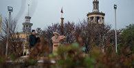 Памятник Токтогулу Сатылганову перед входом в филармонию. Архивное фото