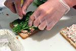 Повар готовит еду из зелени. Архивное фото