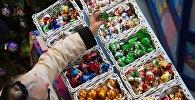 Покупательница на ярмарке елочных игрушек. Архивное фото