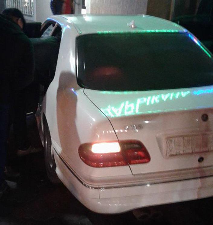 Автомобиль марки Mercedes Benz, который въехал в крыльцо аптеки на пересечении улиц Абдрахманова и Горького
