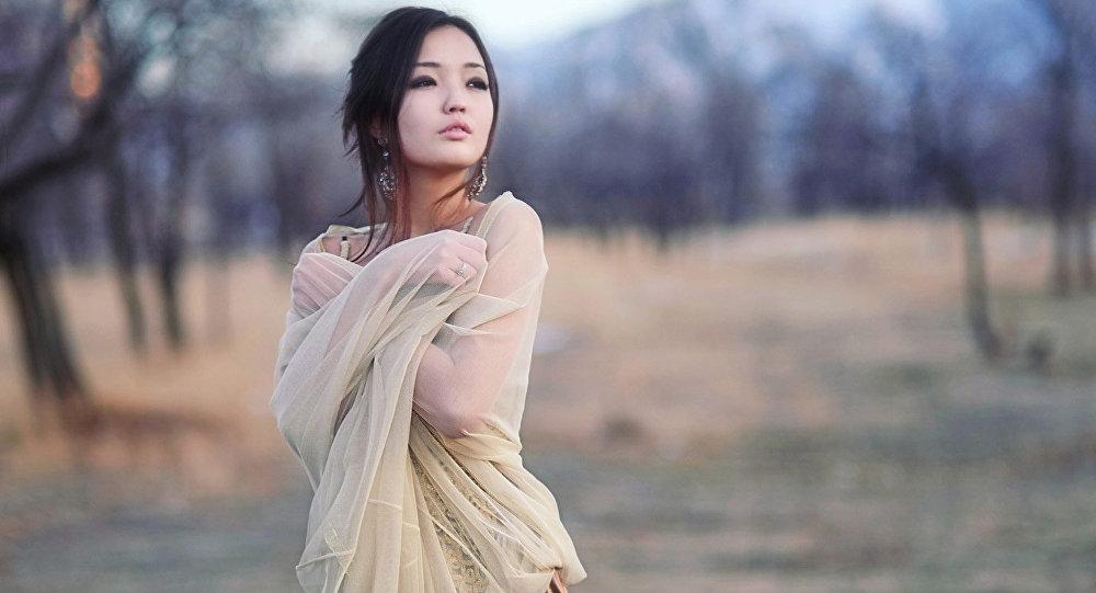 Кыргызстандык модель Айсулуу Абдыбакасованын архивдик сүрөтү