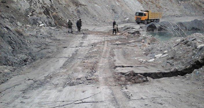 Нарын облусуна караштуу Миң-Куш айыл аймагындагы жер көчкүдөн жабыркаган унаа жолу