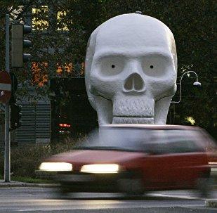 Автомобиль на фоне черепа. Архивное фото