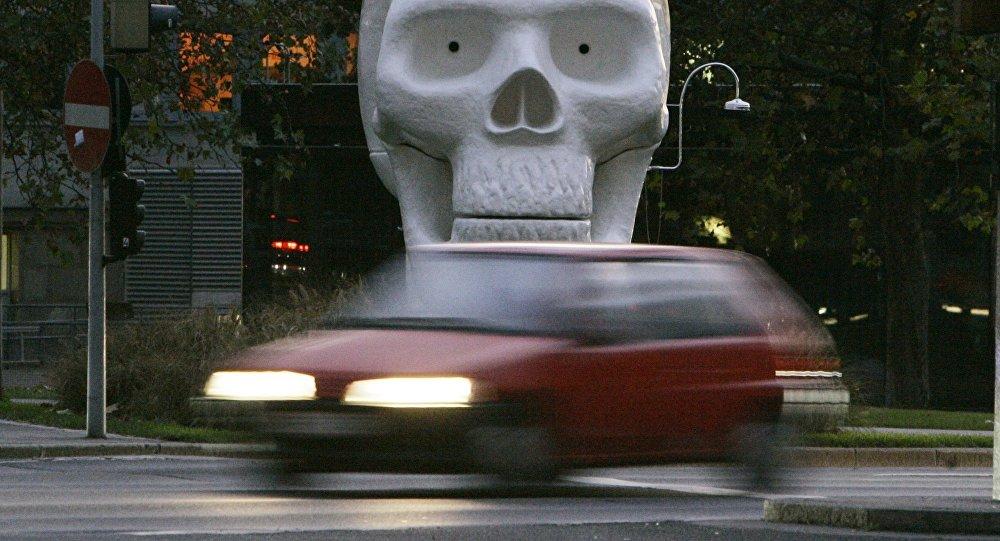 Автомобиль едет по трассе. Архивное фото