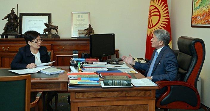 Президент Алмазбек Атамбаев принял министра образования и науки Гульмиру Кудайбердиеву
