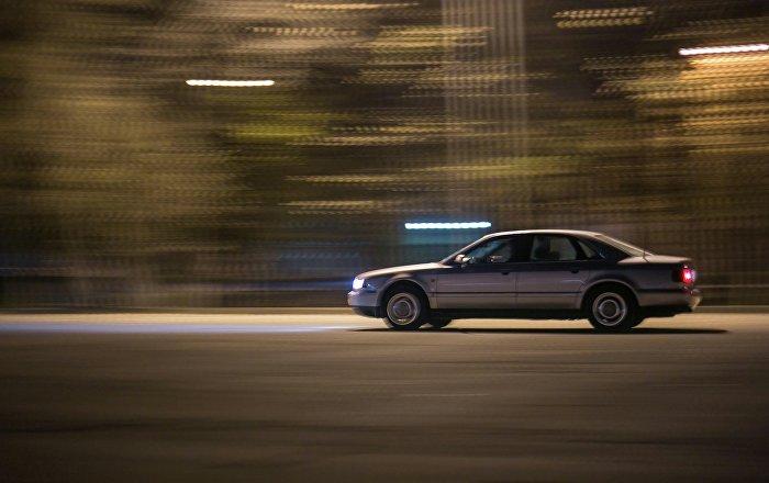 Архивное фото автомобиля едущего на большой скорости