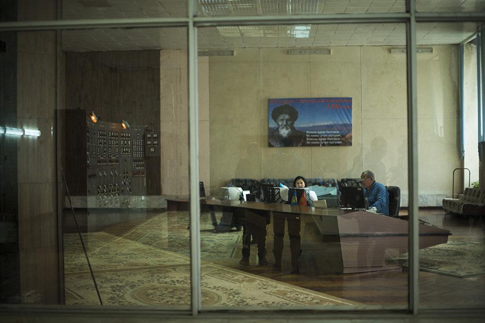 Диспетчерлик. Дубалда акын Токтогул Сатылгановдун сүрөтү илинип турат