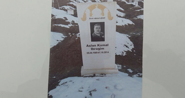 Памятник гражданина США, который застраховал свою жизнь на 1 миллион долларов, после чего с целью получить выплаты в Ошской области подделал документы о своей смерти. Архивное фото