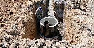 Ремонт канализационных труб. Архивное фото