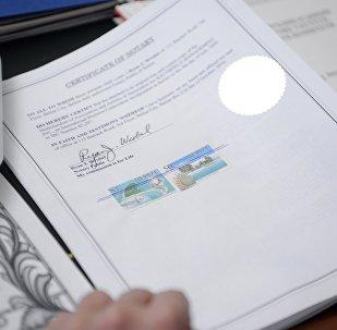 Президент Алмазбек Атамбаев изучает документы о результатах проверки фактов коррупции со стороны отдельных должностных лиц