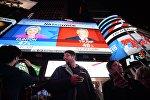 Горожане на площади Таймс-сквер в Нью-Йорке у экранов с предварительными итогами подсчета голосов на выборах президента США. Архивное фото