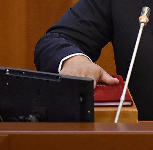 Чиновник во время дачи присяги. Архивное фото