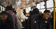 Девушка с телефоном на общественном транспорте. Архивное фото