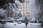 Девушка идет по городу. Архивное фото
