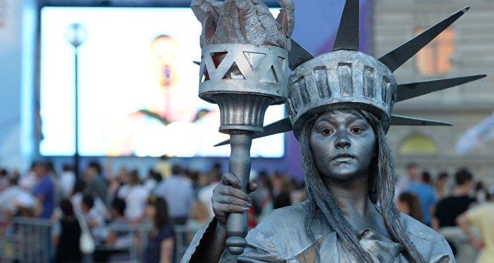 Девушка в костюме статуи свободы в Нью-Йорке. Архивное фото