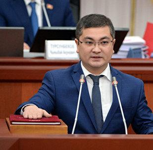 Архивное фото министра юстиции Кыргызской Республики Урана Ахметова во время принесения присяги перед народом, депутатами и президентом в Жогорку Кенеше