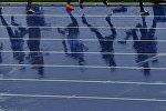 Спортсмены на беговой дорожке. Архивное фото