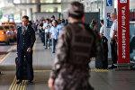 Стамбул шаарынын Ататүрк аэропортундагы полиция кызматкерлери. Архив