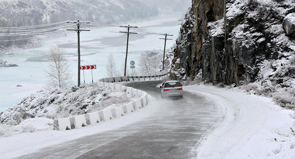Автомобиль на горном участке трассы. Архивное фото