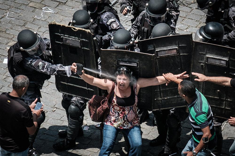 Рио-де-Жанейро мамлекеттик кызматкерлер парламенттин имаратынын алдына экономикалык катуу режимге нааразылык билдирип чыкты. Буга губернатордун бюджетти кыскартуу боюнча сунуштаган чараларын депутаттардын талкуулоосу себеп болгон