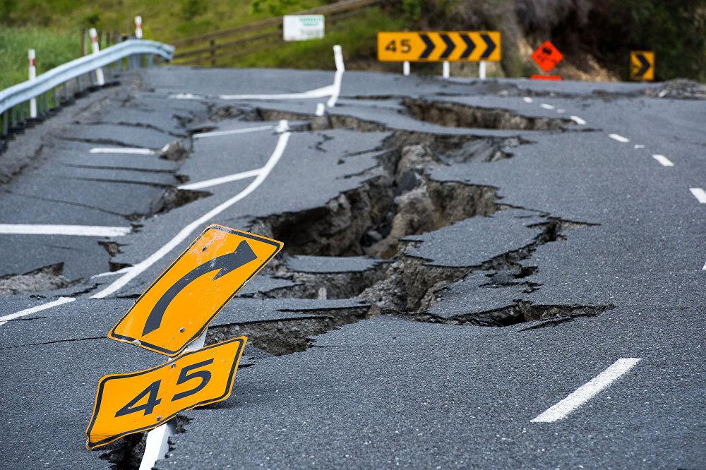Жаңы Зеландияда 14-ноябрда магнитудасы 7,9га жеткен зилзала болуп, эки адам каза тапкан. Маалыматтарда жер титирөө өлкөдөгү Амберли шаарынан түндүктү көздөй 56, ал эми Крайстчерч калаасынан түндүктү карай 97 чакырым жерде болгону айтылууда. Очогу жер алдында 10 чакырым тереңдикте деп табылган. Зилзала эки метрлик цунаминин жаралышына, жер көчүп, дарыялардын нугунан чыгышына жана дамбалардын бузулушуна себепкер болгон. Жаратылыш кырсыгы 1,4 миллиард доллар чыгымга учураткан