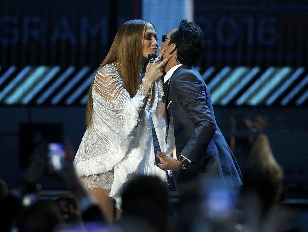 Лас-Вегастагы Latin Grammy Awards-2016 сыйлыгын тапшыруу салтанатында ырчы Женнифер Лопес менен анын мурдагы күйөөсү Марк Энтони биргелешип сүйүү ырын аткаргандан кийин айкалыша туруп өбүштү.