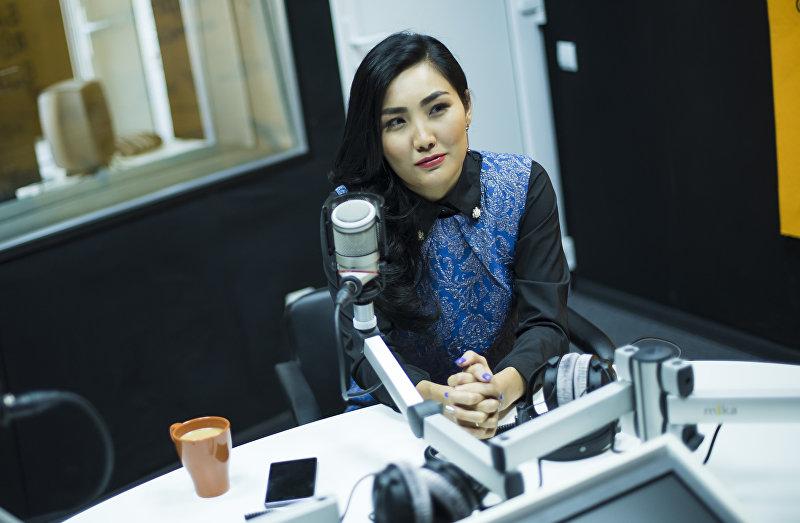 Журналистка КТРК Эльнура Молдокадырова во время интервью Sputnik Кыргызстан