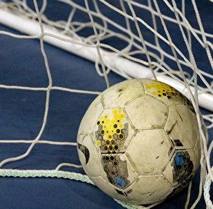 Мяч в сетке. Архивное фото