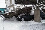 Автомобиль оставшаяся под навесом, рухнувшегося из-за снега на рынке РИОМ (бывший Азамат) в Бишкеке