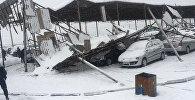 Автомобили под навесом, рухнувшим из-за обильного снегопада, на рынке РИОМ (бывший Азамат) в Бишкеке