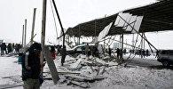 Архивное фото автомобилей оставшихся под навесом, рухнувшегося из-за снега на рынке РИОМ (бывший Азамат) в Бишкеке