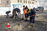 Сотрудники муниципального предприятия Бишкекасфальтсервис приступили к демонтажу лежачих полицейских в столице
