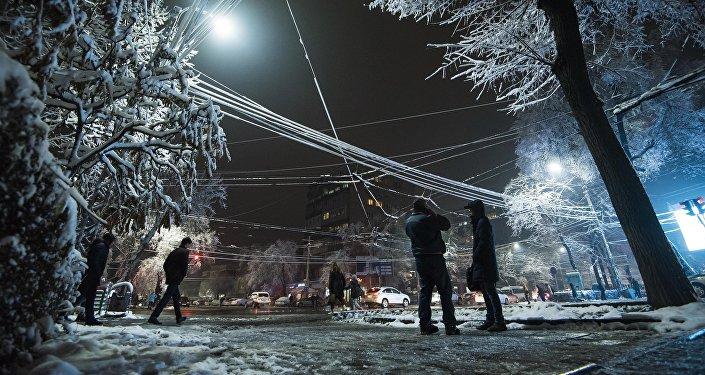 Вид на вечерний Бишкек после снегопада. Архивное фото