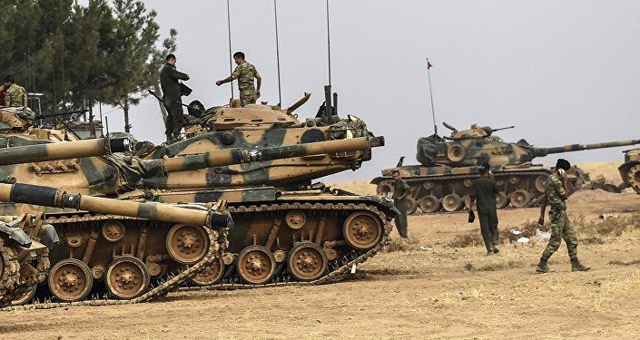 Турецкие солдаты возле танков. Архивное фото