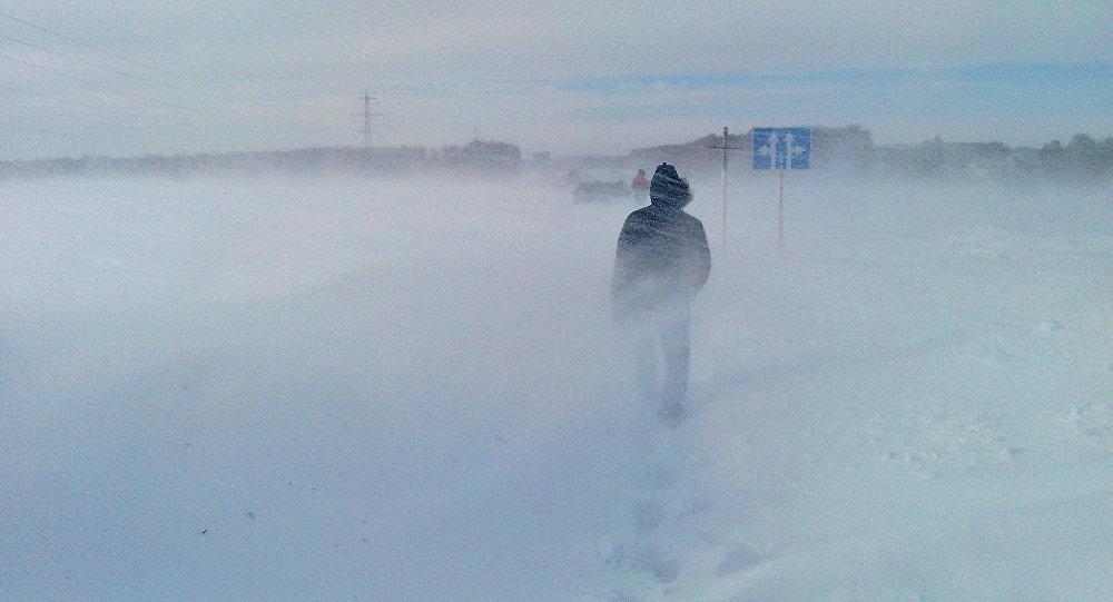 Мужчина идет во время сильного снегопада. Архивное фото