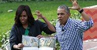 Президент Барак Обама и первая леди США Мишель Обама на праздновании Пасхи на лужайке перед Белым домом прочитали детям сказку Там, где живут чудовища Мориса Сендака.