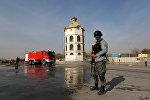 Кабулдагы жардыруу болгон жердеги полиция кызматкери.