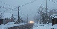 Машина едет по улице во время тумана на одном из окраин города Бишкекаю Архивное фото