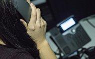 Девушка говорящая по стационарному телефону. Архивное фото