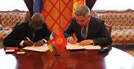 Посол КР Болот Отунбаев во время подписания соглашения об установлении дипломатических отношений между Кыргызстаном и Центральноафриканской Республикой