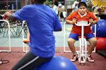 Юноша с лишним весом в тренажерном зале. Архивное фото