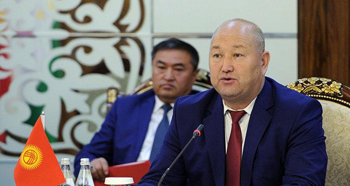 Вице-премьер КР Жениш Разаков на заседании Кыргызско-Таджикской межправительственной комиссии по комплексному рассмотрению двусторонних вопросов.